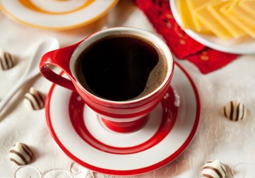 карамельный кофе со взбитыми сливками и корицей