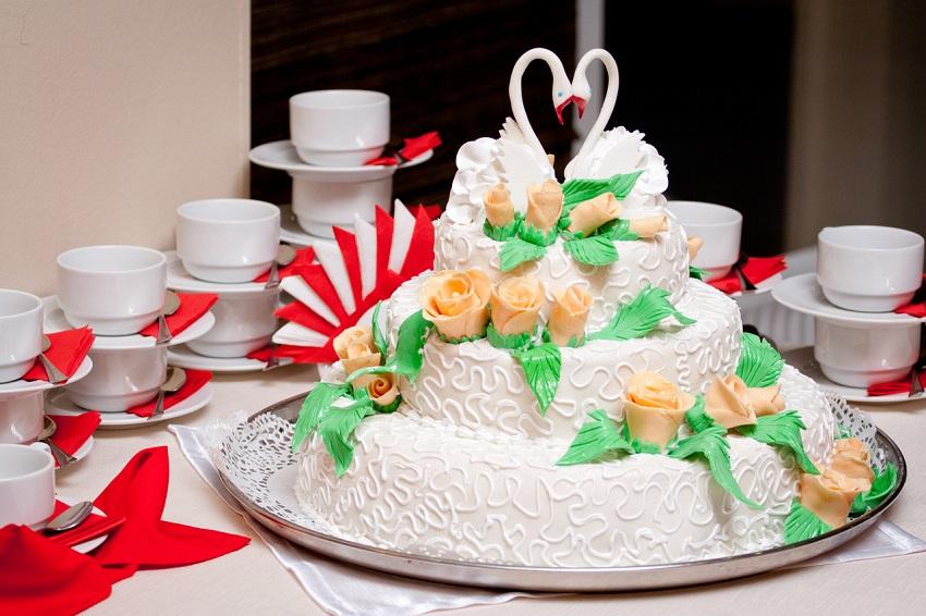 красивый стол с тортом