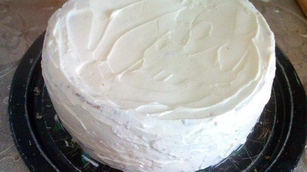 Обмазываем кокосовый торт кремом