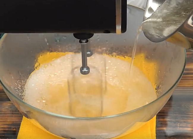 влить сахарный сироп в растопленный желатин и взбивать миксером