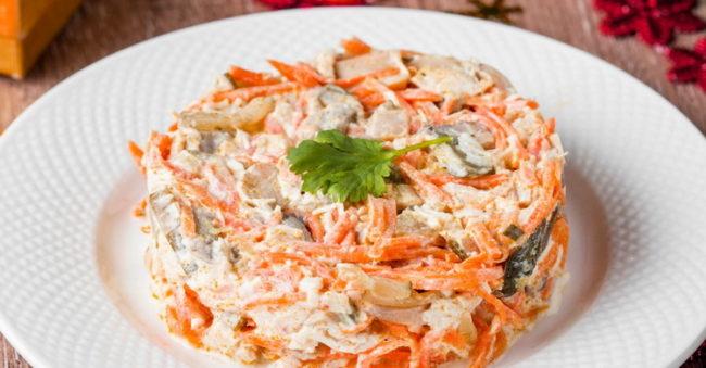 Праздничный салат с грибами, мясом и корейской морковкой