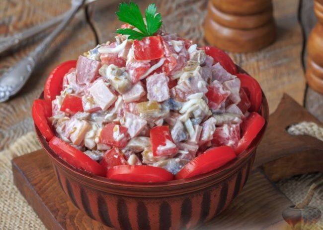 Салат с шампиньонами, ветчиной и помидорами