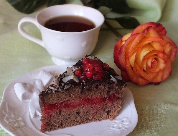 Шоколадно-кофейный десерт с ягодами брусники