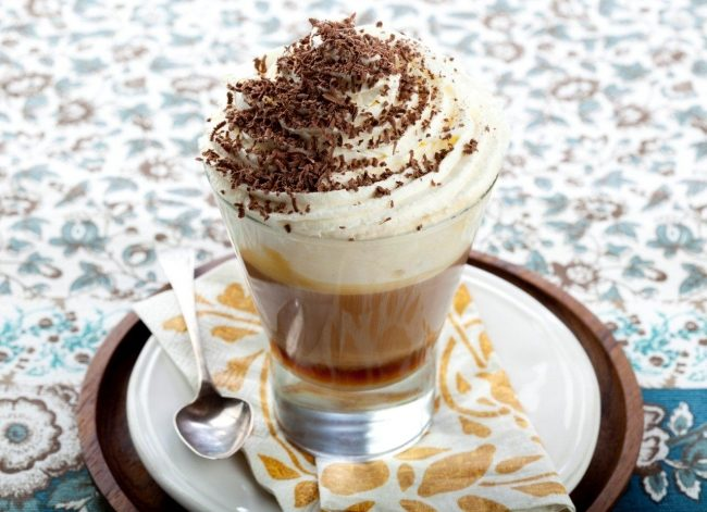 Кофе по венски с шоколадным сиропом