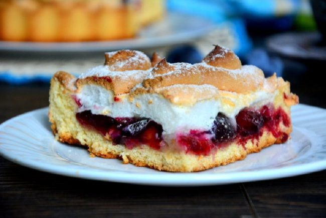пирог со сливами и безе