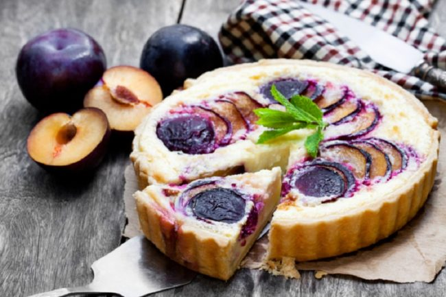 пирог со сливами и пудингом
