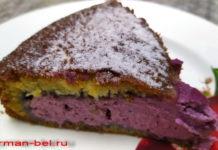 Быстрый заливной пирог с творогом и ягодами